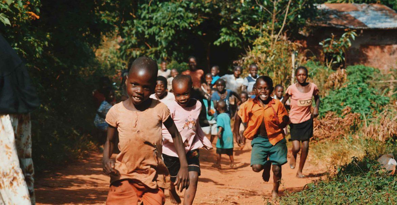 enfants qui courent ensemble
